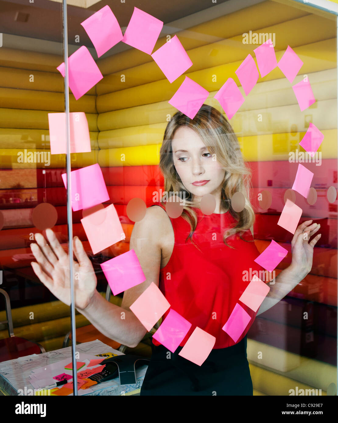 Geschäftsfrauen, die Herzen mit Noten Stockfoto