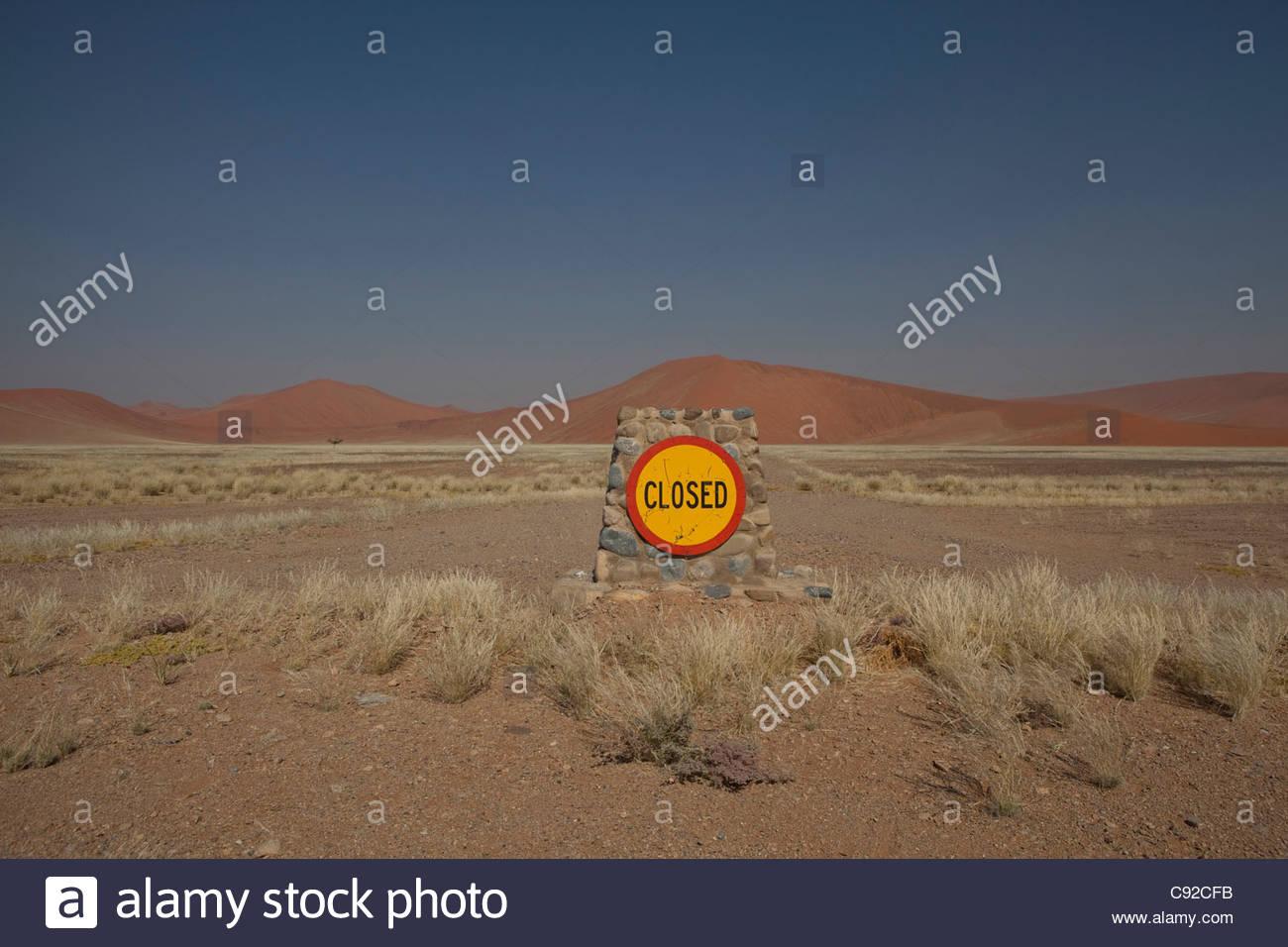 """""""Geschlossen"""" Schild an Betonwand von Dünen Stockbild"""