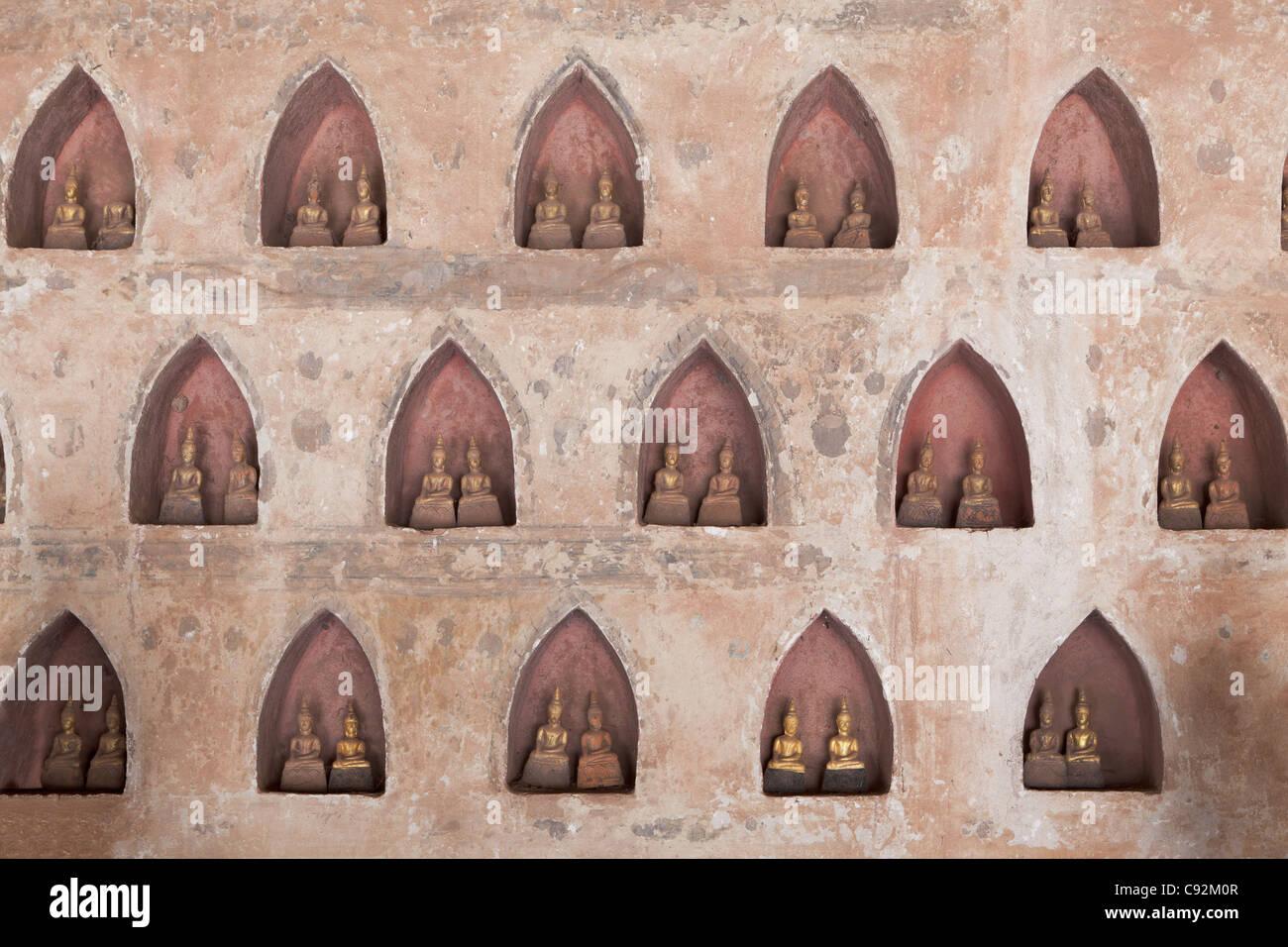 Antike Buddha-Statuen säumen den Innenhof des Wat Si Saket in Vientiane, Laos. Stockbild