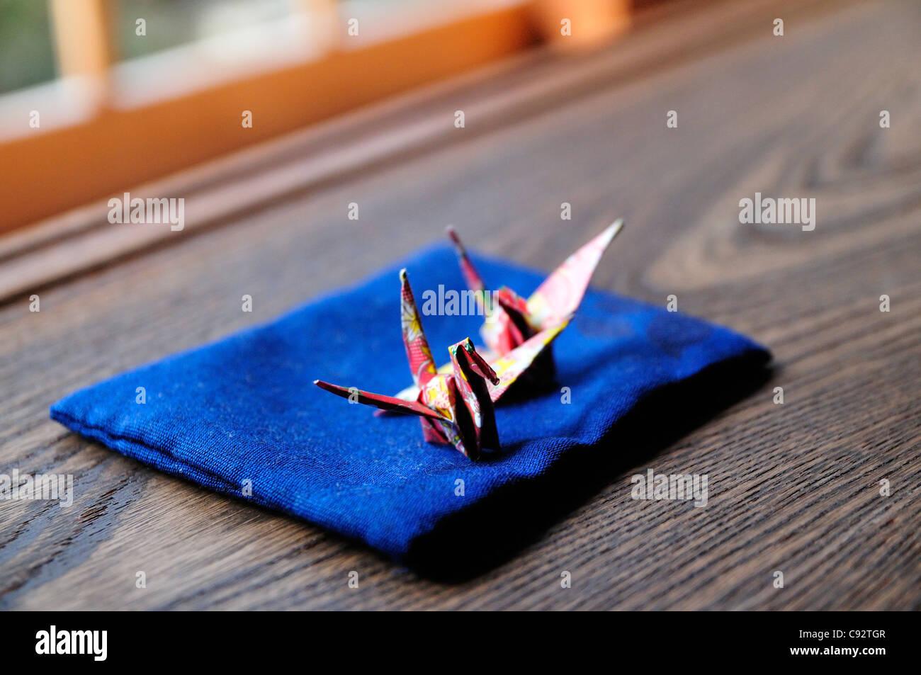Ein gefaltetes Papier Kran ist ein traditionelles Beispiel der japanischen Kultur. Stockbild