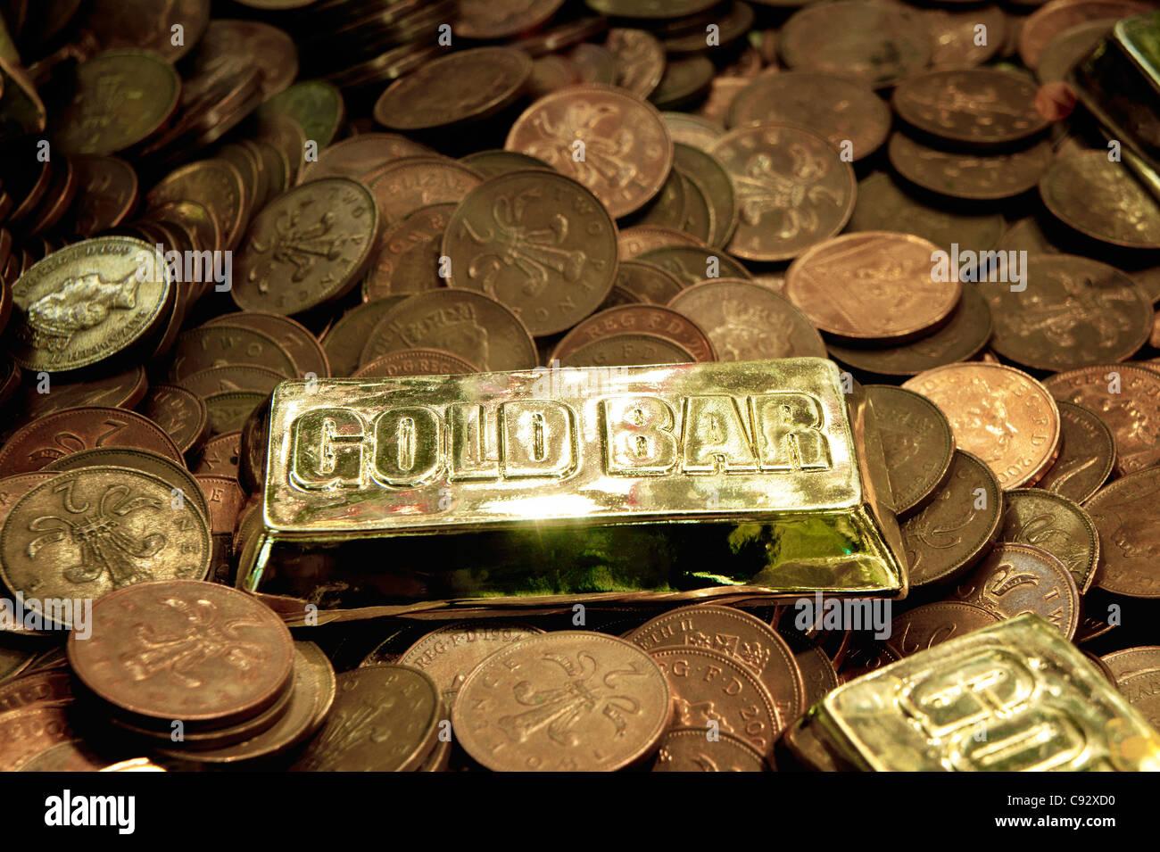 Britische Münzen und Nachahmung gold Bullion Bar in UK Seaside Resort Spielhalle Penny Falls Spielautomat Glücksspiel Stockbild