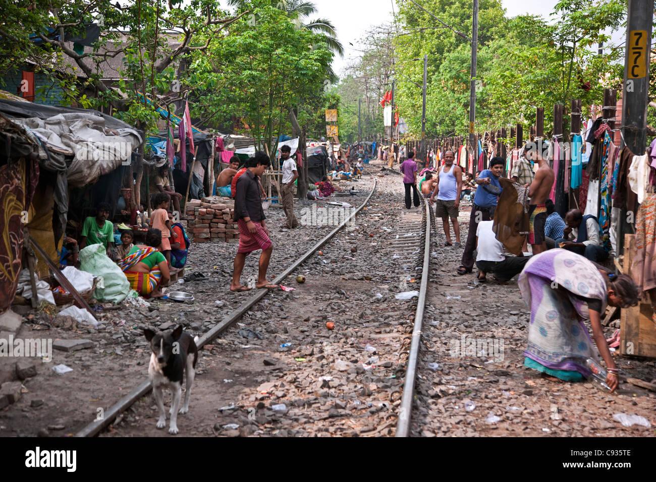 Viele Leben Arme Menschen in Hütten entlang von Bahnlinien am Stadtrand von Kolkata. Stockbild