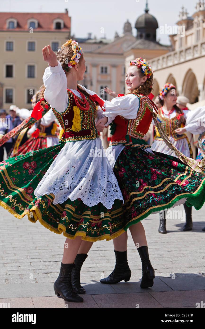 Polen, Krakau. Polnische Mädchen in Tracht, Tanz auf dem
