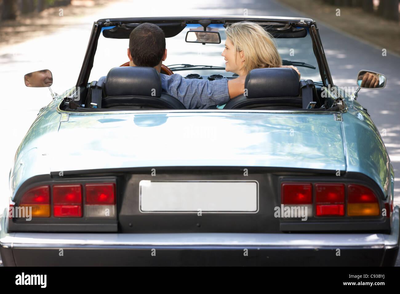 Paar in Sportwagen Stockbild