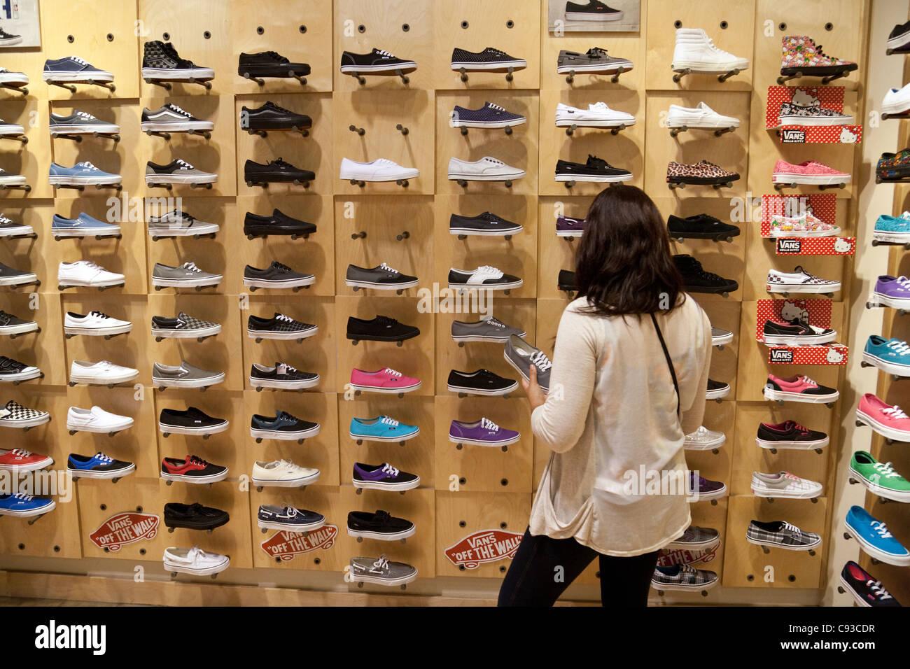 Teenager Mädchen kaufen Vans Schuhe in einem Vans Schuh Shop