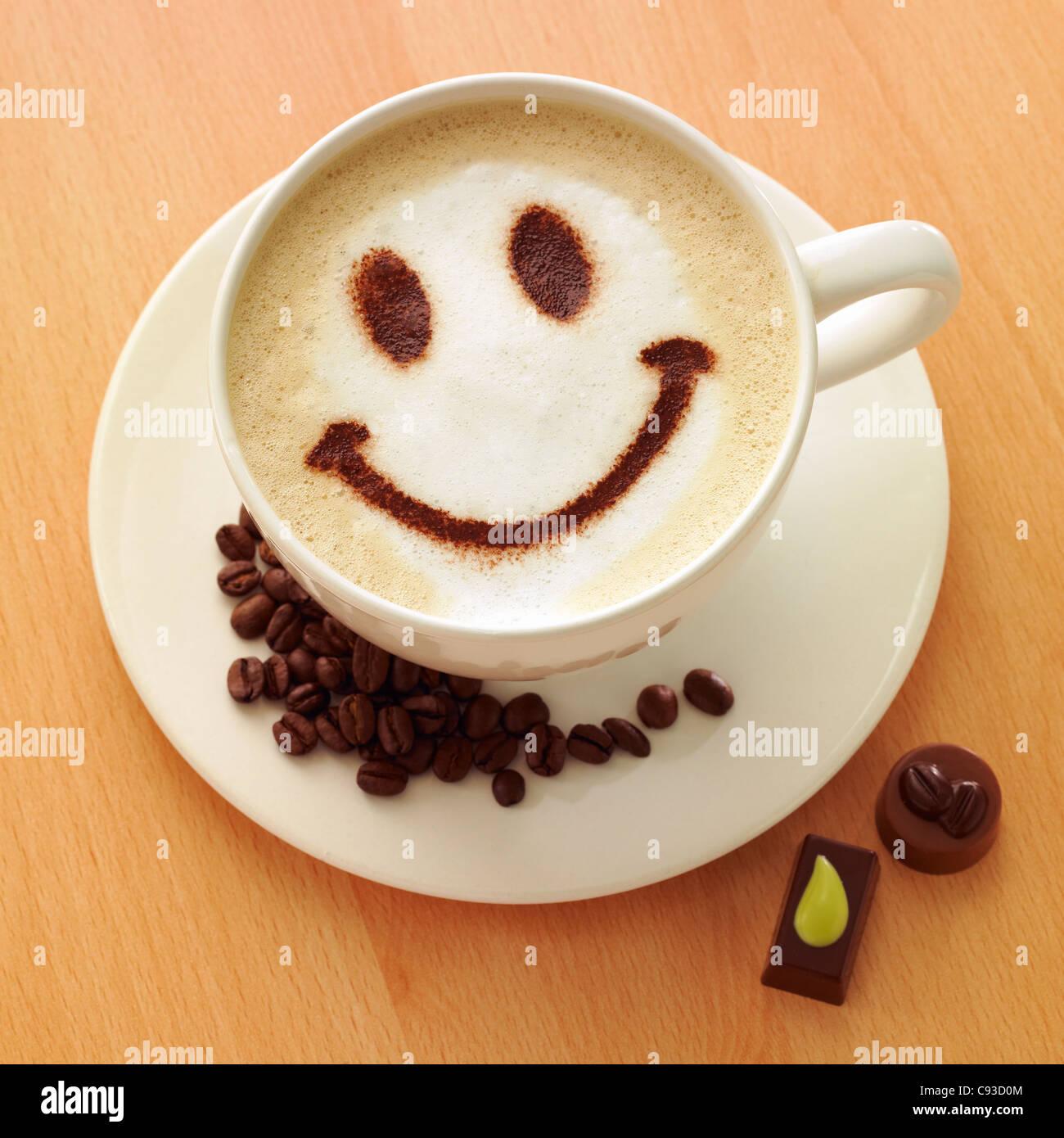Cappuccino kaffee mit schokoladenpulver smiley gesicht an der spitze mit kaffeebohnen und - Bilder cappuccino ...