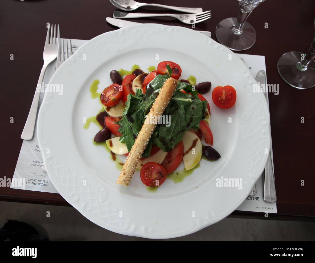 Tomatensalat, Charisma Zimmer, Grecian Bay Hotel Zypern Stockbild