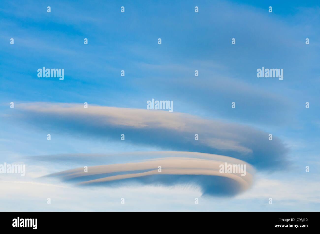 Linsenförmige Wolken im Himmel. Stockbild