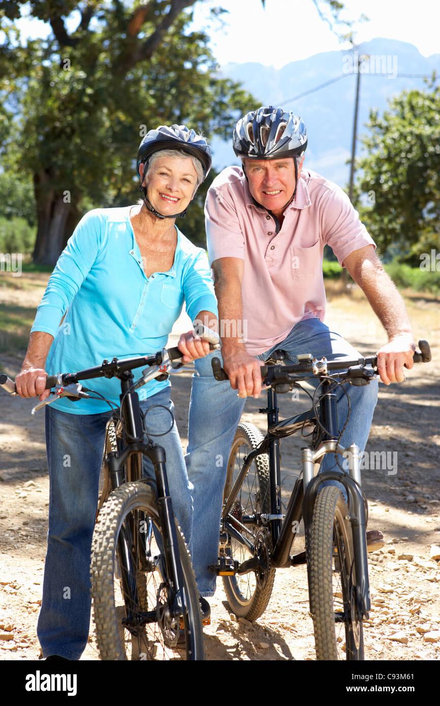 Älteres Paar auf Land-Radtour Stockfoto
