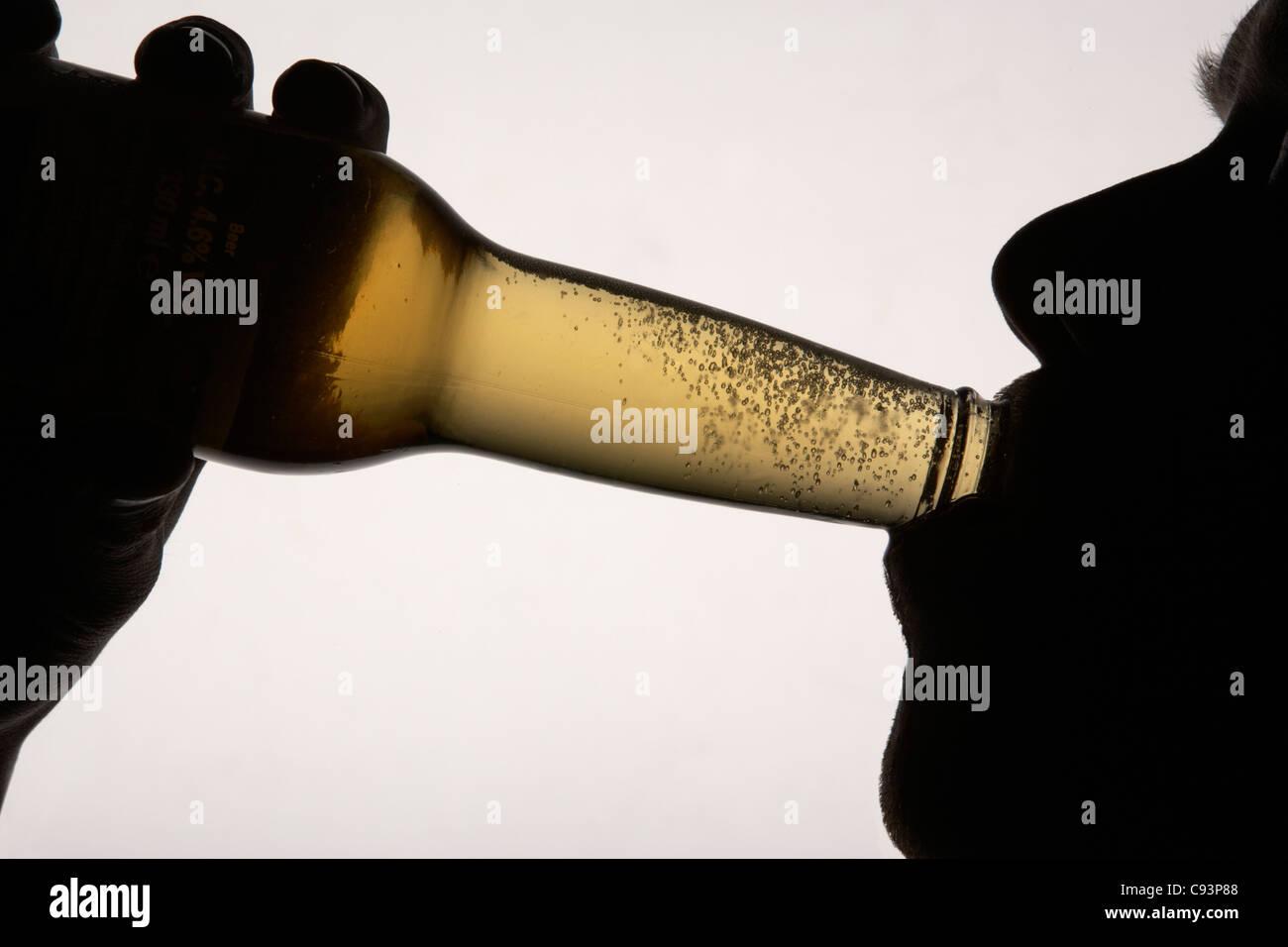 Silhouette-Mann trinkt Bier Stockbild