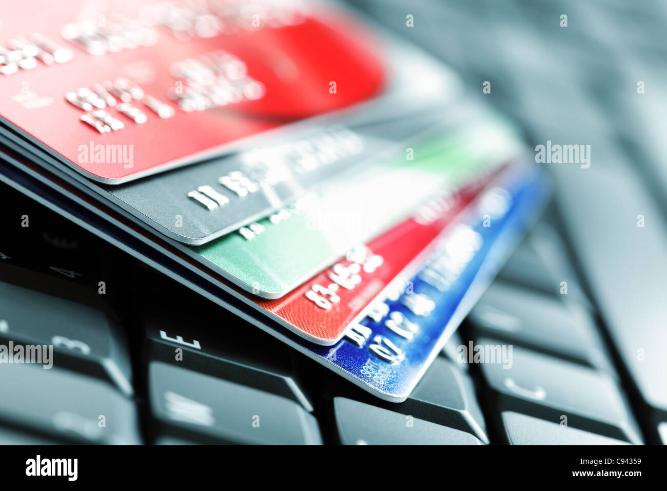 Kreditkarte auf Laptop-Tastatur Stockbild