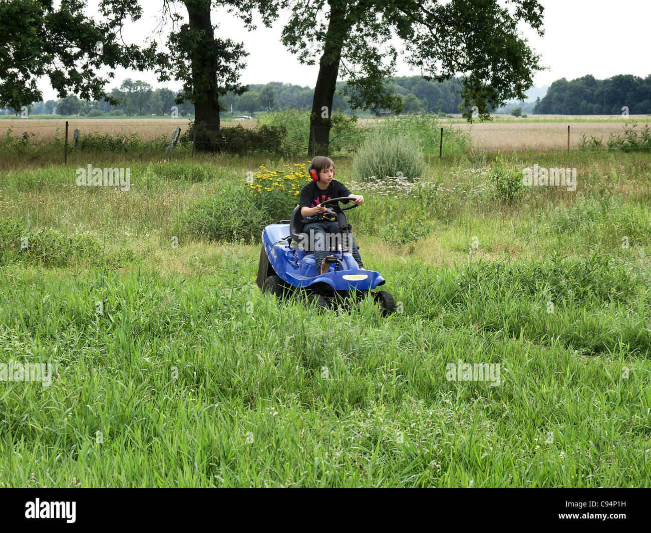 Junge Rasenmahen Mit Einem Motor Rasenmaher In Horburg