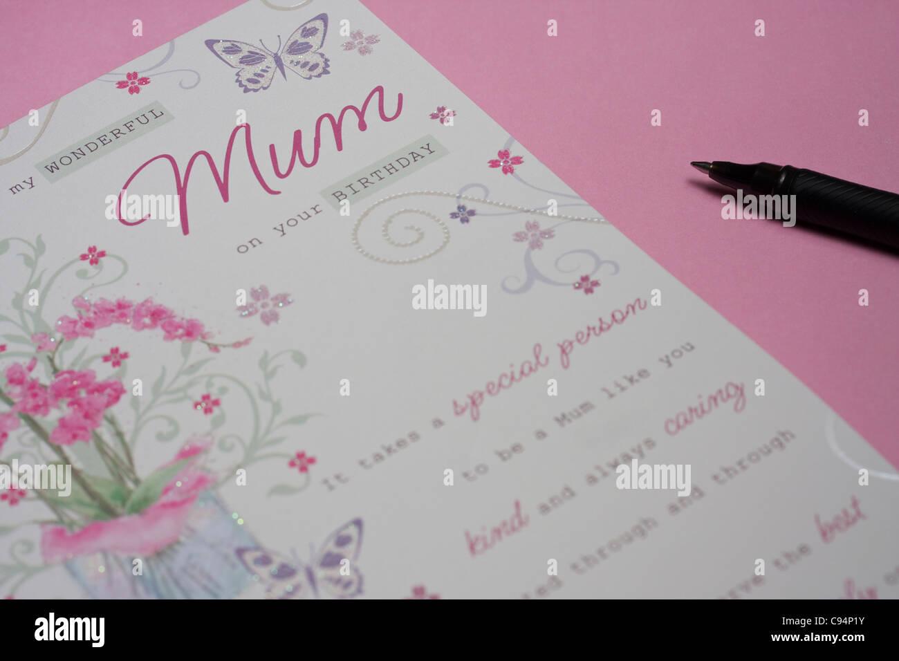 Geburtstagskarte Schreiben Mama.Geburtstagskarte Und Stift Auf Rosa Hintergrund Fur Mama