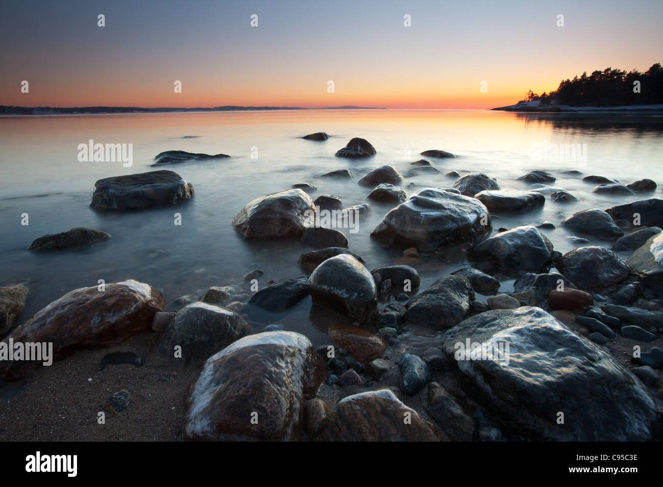 Küstenlandschaft in der Dämmerung am Ofen in Råde Kommune, Østfold Fylke, Norwegen. Stockbild
