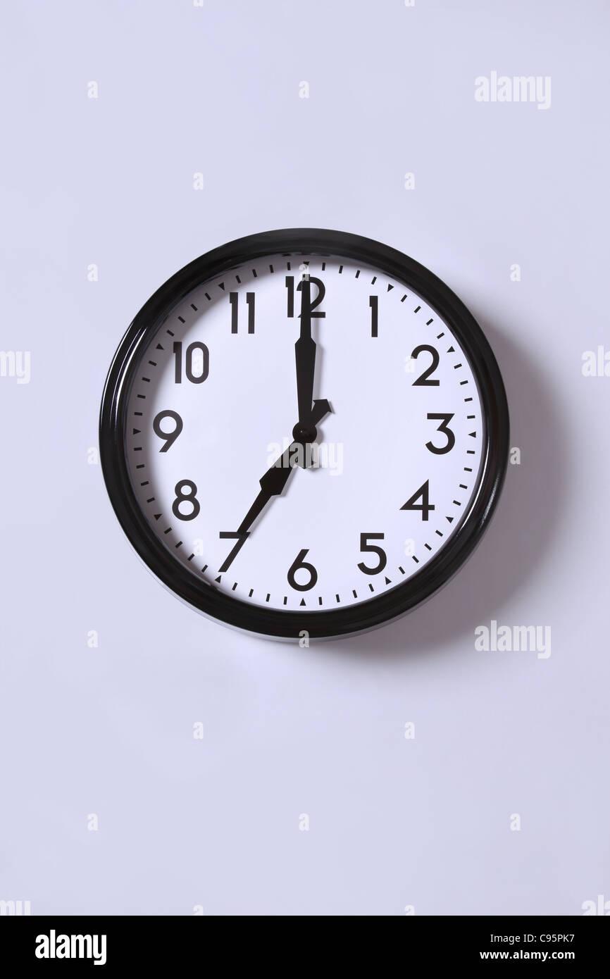 Eine Uhr um 7.00 Uhr Stockbild