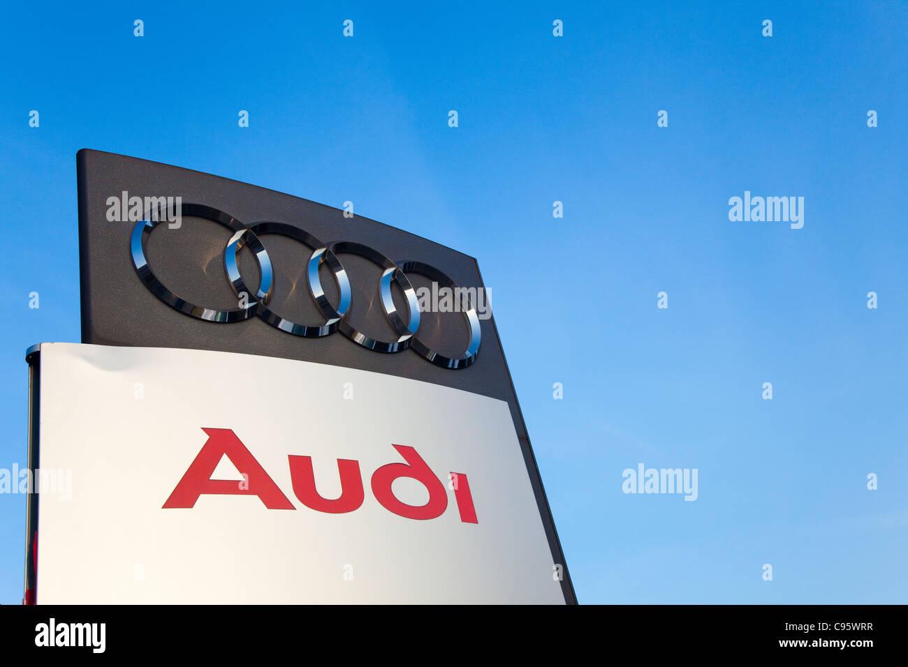 Zeichen Audi Autos Main Handler Mit Blauem Himmel Kent Uk