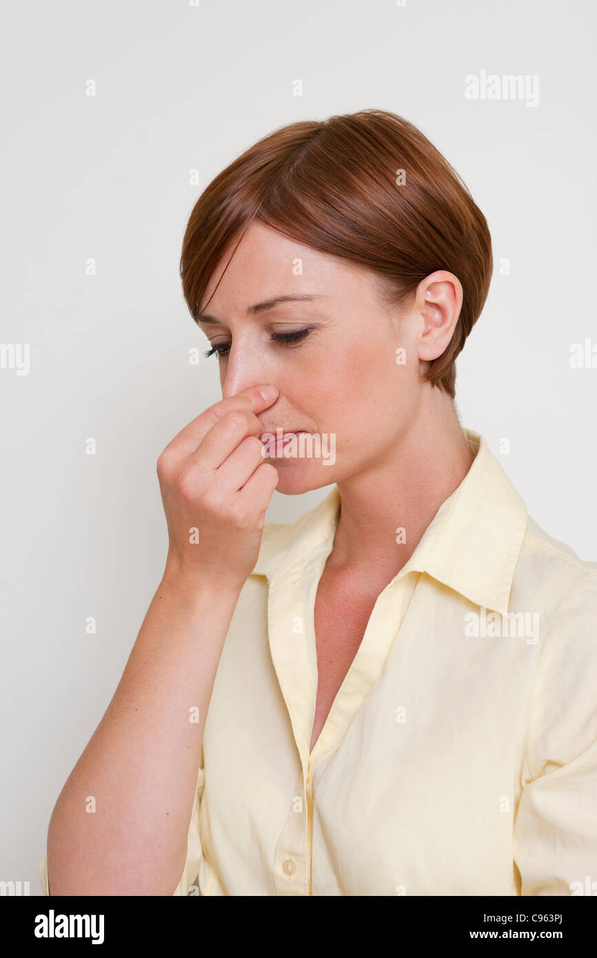 Frau hält den Atem an. Stockbild