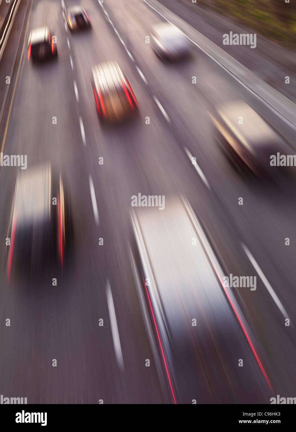Autobahn-Verkehr in Bewegung. Dynamische hohen Winkel Foto ansehen. Stockbild