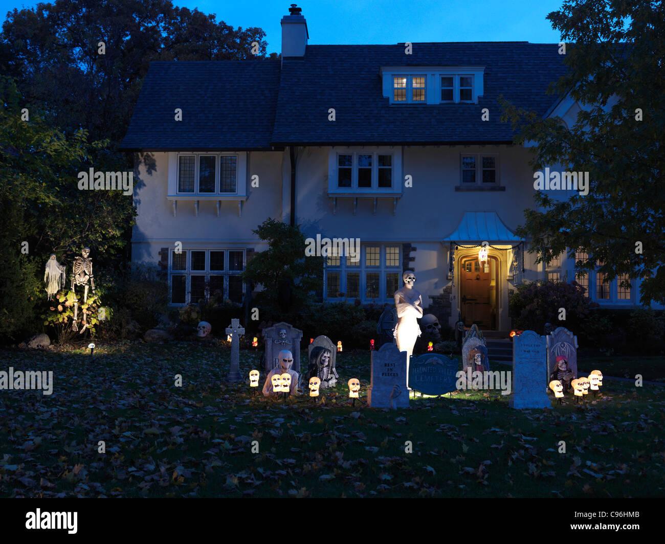 Gruselige Halloween-Dekoration im Vorgarten eines Hauses in Toronto ...