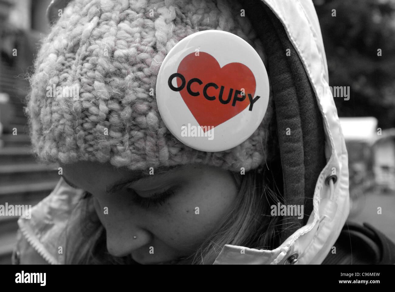 Demonstrant mit Tastendruck besetzen Vancouver an ihre Wolle Toque angeheftet. Stockfoto