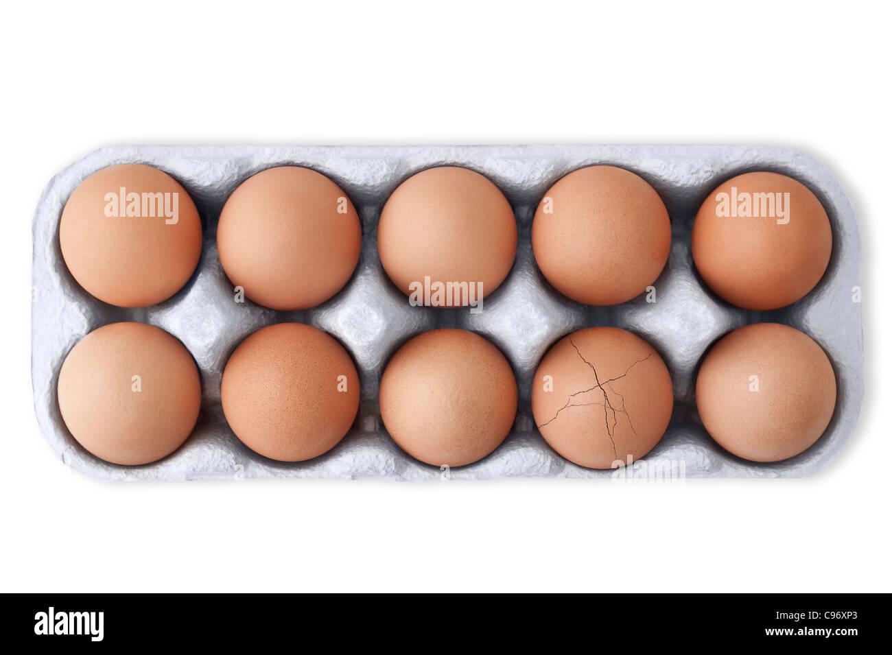 Schachtel mit 10 Eiern mit einem gerissenen Ei auf weißem Hintergrund. Ausschnitt Stockfoto