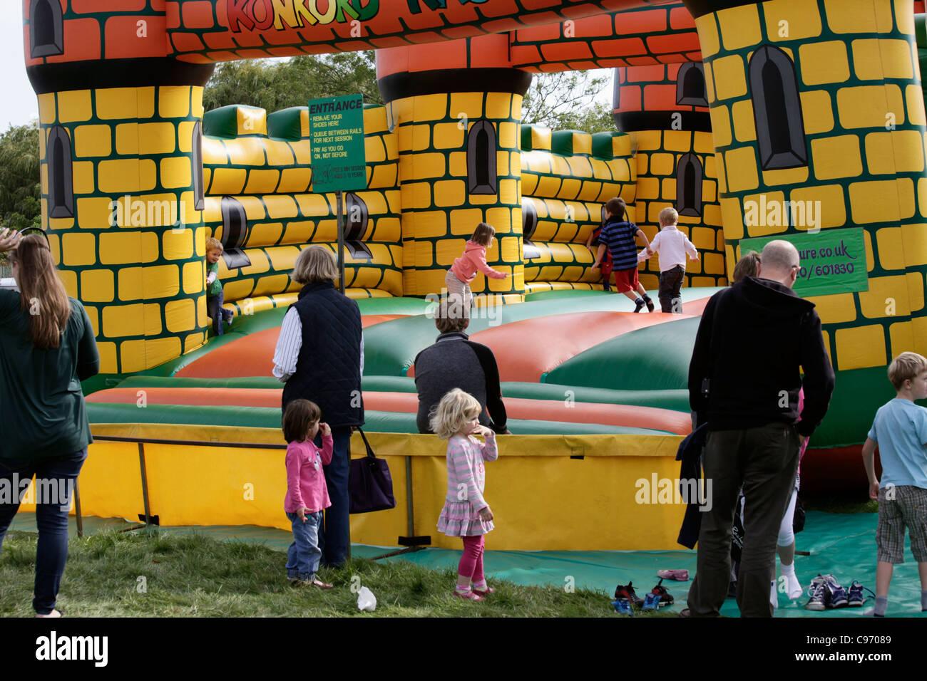 Eltern und Kinder in der Hüpfburg Stockbild