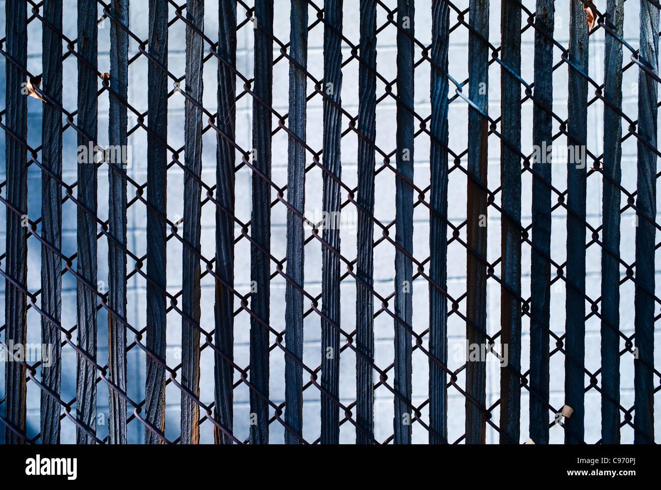 Zaun mit Holzlatten bei starker Sonneneinstrahlung Stockfoto Bild