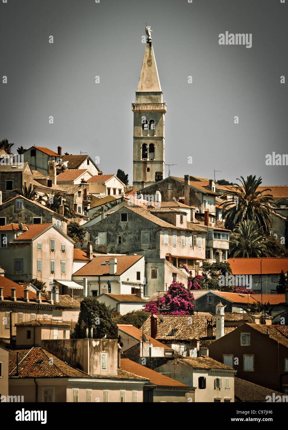 Schöne Stadt von Mali Losinj, Kroatien - vertikale Ansicht Stockbild