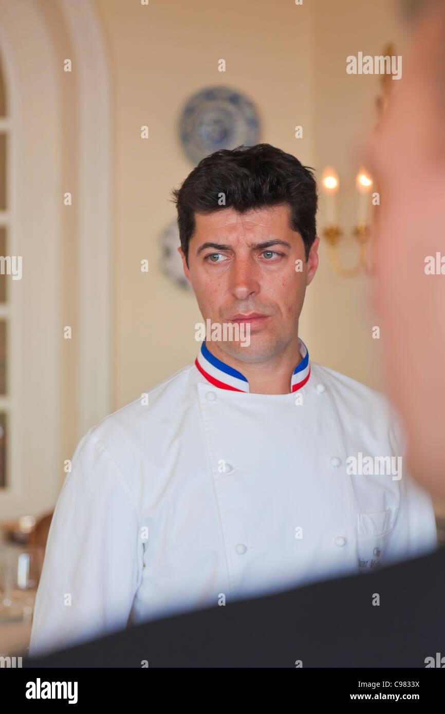 Porträt des Küchenchefs, Yannick Franques einen Blick von Konzentration, CHATEAU SAINT-MARTIN & SPA Stockbild