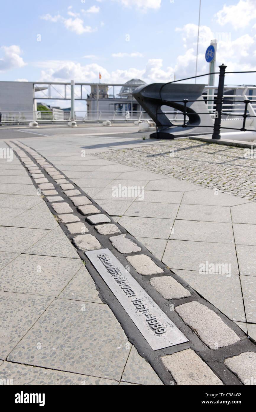 Gedenksteine, Verlauf der Berliner Mauer, Regierungsviertel Bonns, Bezirk Mitte, Berlin, Deutschland, Europa Stockbild