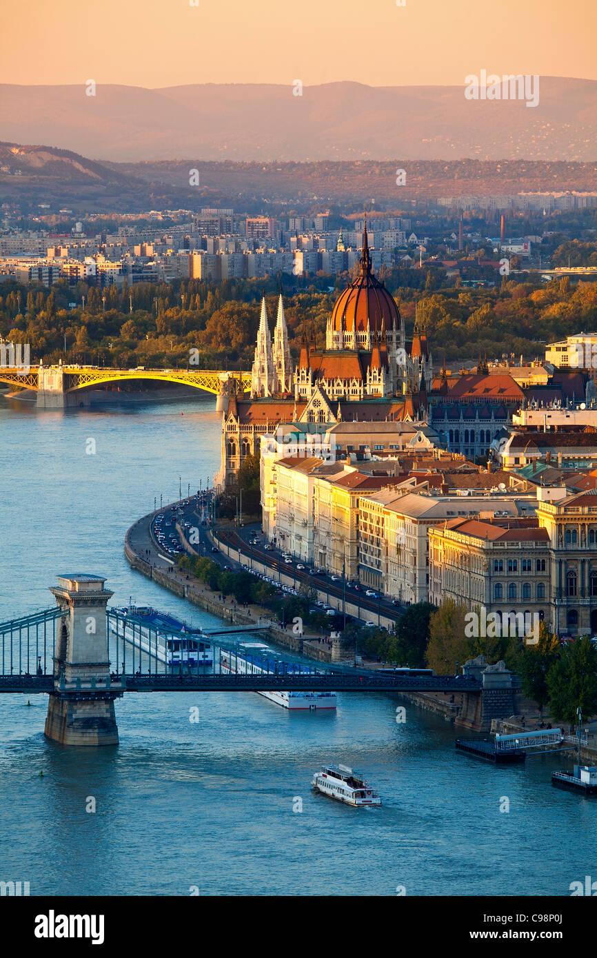 Europa, Europa-Zentrale, Ungarn, Budapest, Kettenbrücke über die Donau und das Parlamentsgebäude Stockbild