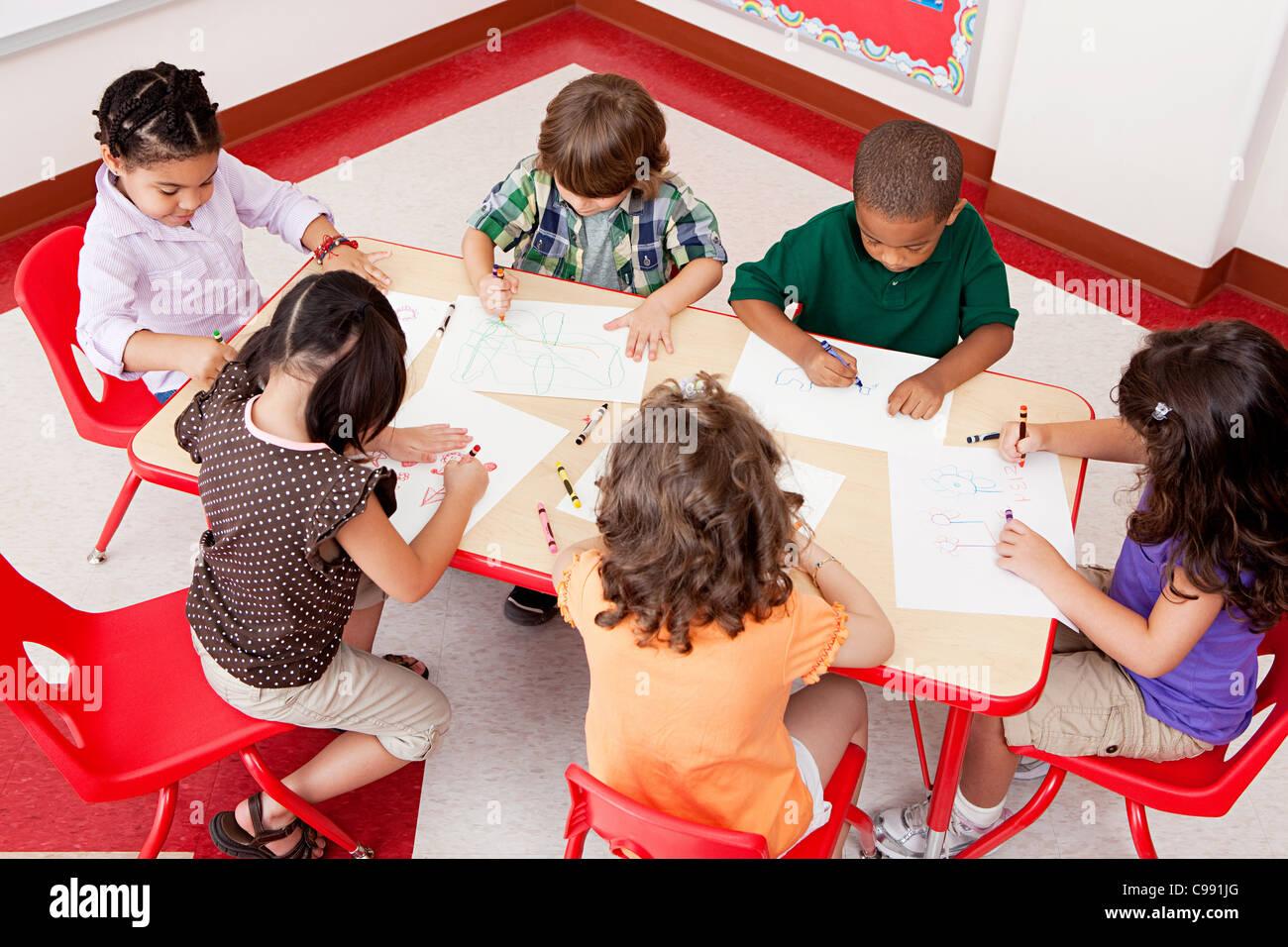 Kinder zeichnen in der Schule Stockbild