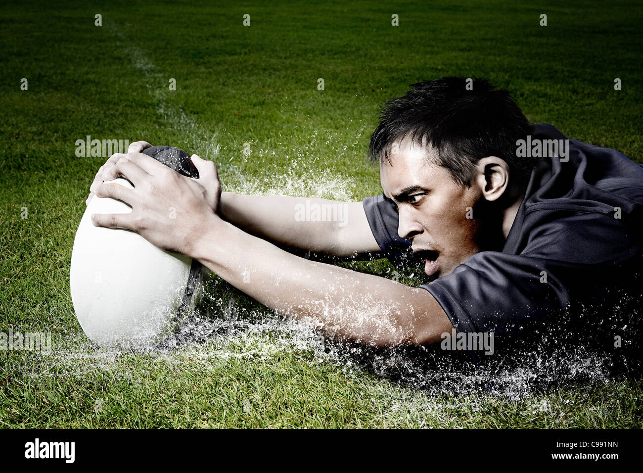 Rugby-Spieler auf nassen Feld Stockbild