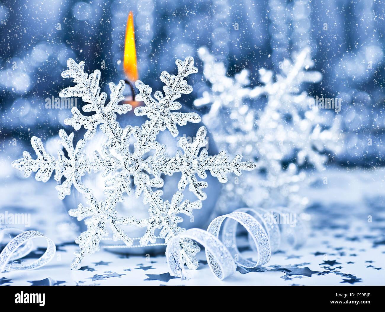 sch ne weihnachten dekoration blaue urlaub hintergrund mit kerze licht schneeflocke winter. Black Bedroom Furniture Sets. Home Design Ideas