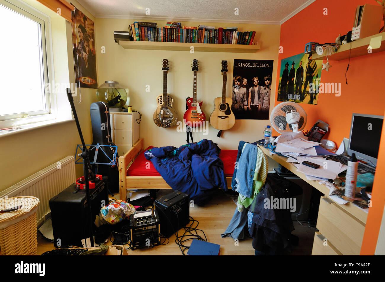ein unordentlich und bunten jugendzimmer stockfoto bild 40175374 alamy. Black Bedroom Furniture Sets. Home Design Ideas