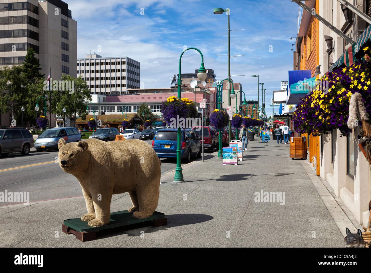 Teddybar Touristen Auf Strasse Der Innenstadt In Anchorage Alaska Stockfotografie Alamy