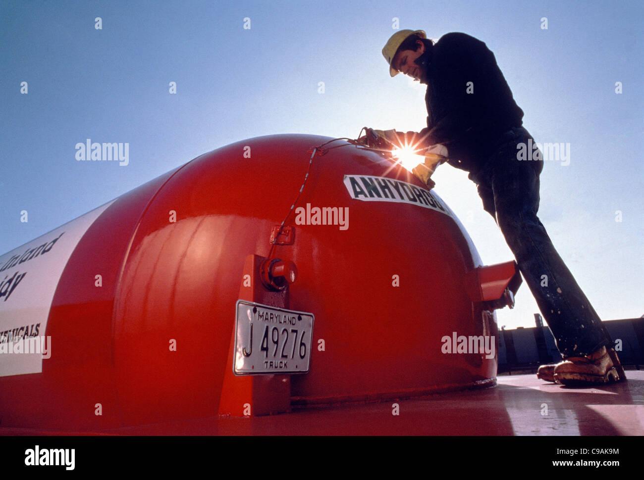 Arbeiter auf einem Verteiler von Lösungsmittel, Chemikalien und Schmierstoffen Stockbild