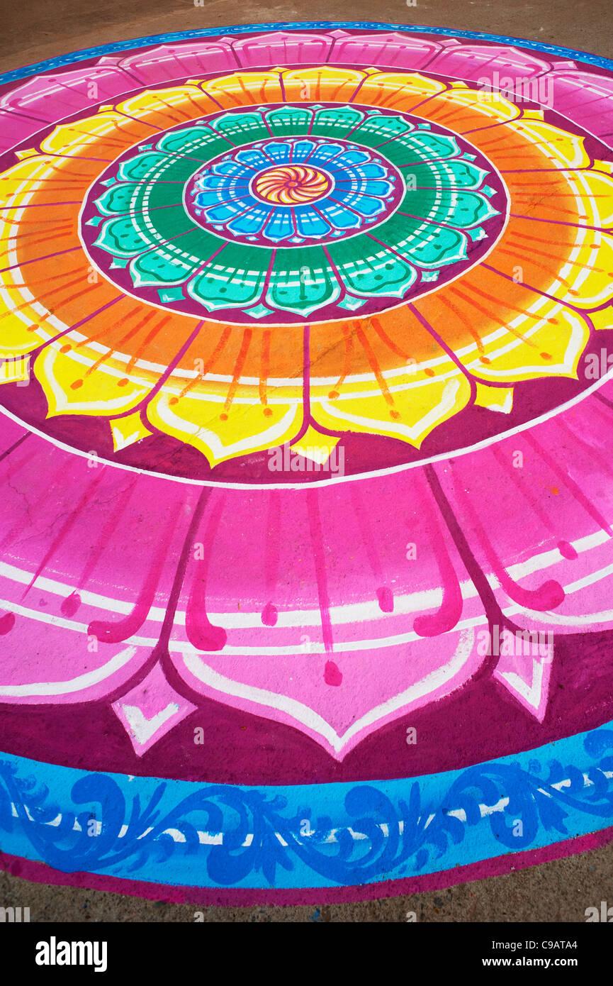 Mehrfarbige Indian Lotus Muster gemalt auf den Straßen von Puttaparthi, Andhra Pradesh, Indien Stockbild