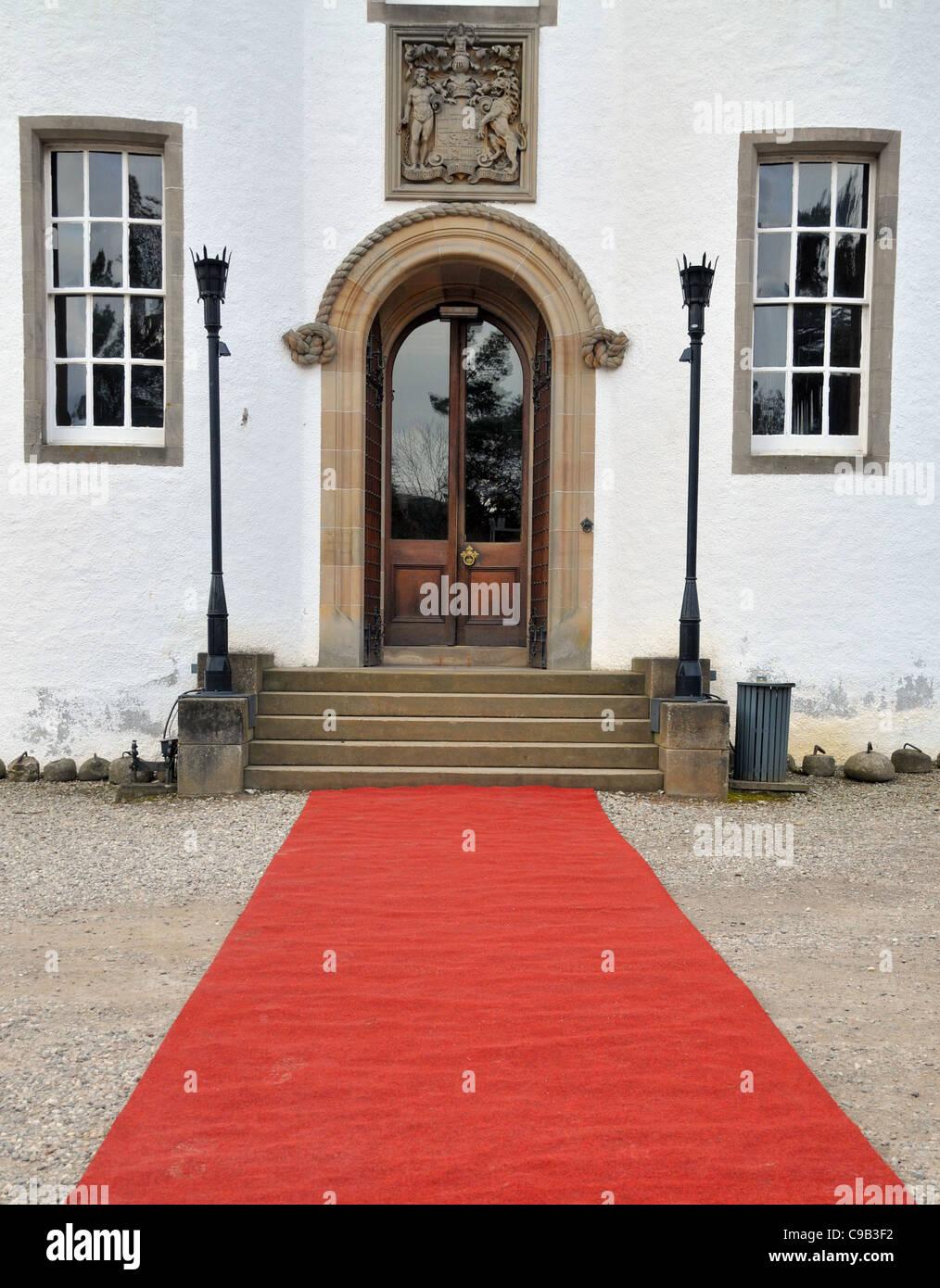 Ein roter Teppich ausgebreitet vor dem Eingang von Blair Castle, Pitlochry, Perth. Stockbild