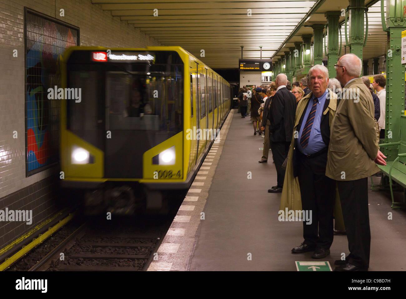 U-Bahn-Zug Ankunft am Bahnhof Deutsche Oper, Berlin, Deutschland Stockbild