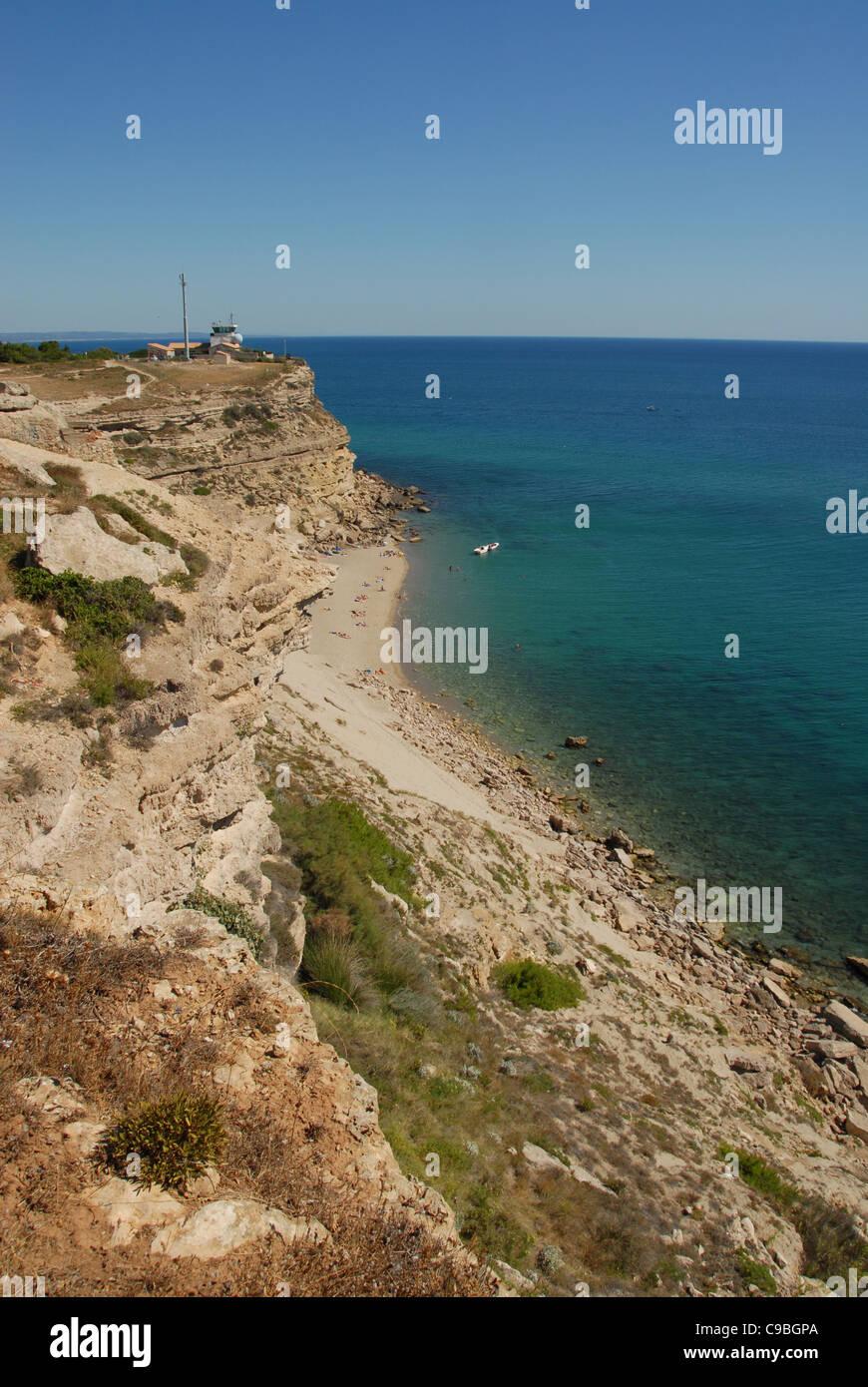 Die kalkhaltigen Klippen des Cap Leucate am Golfe du Lion des Mittelmeers mit Leuchtturm und felsigen Sandstrand Stockbild