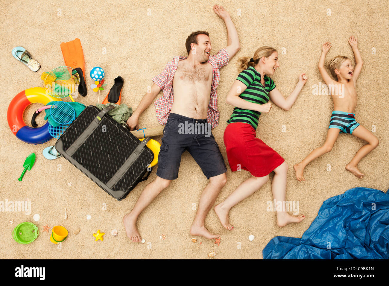 Deutschland, Familie mit Spielzeug und Gepäck am Strand Stockbild