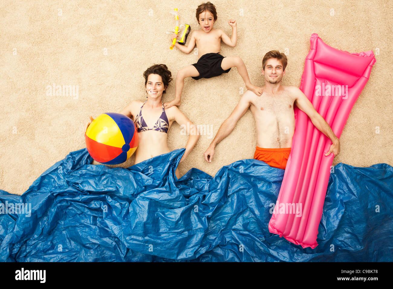 Deutschland, künstlichen Strand-Szene mit der Familie Spaß in Wellen Stockbild