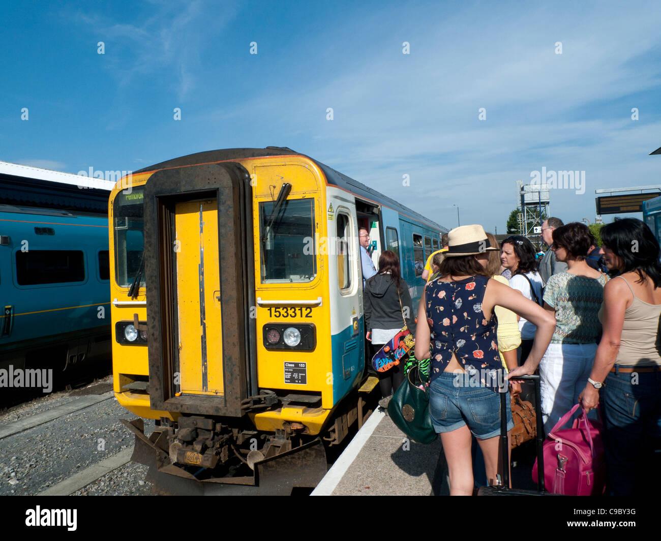 Fluggästen ein Arriva Zug in Richtung Tenby bei Carmarthen Station, Carmarthenshire Walesd UK Stockfoto