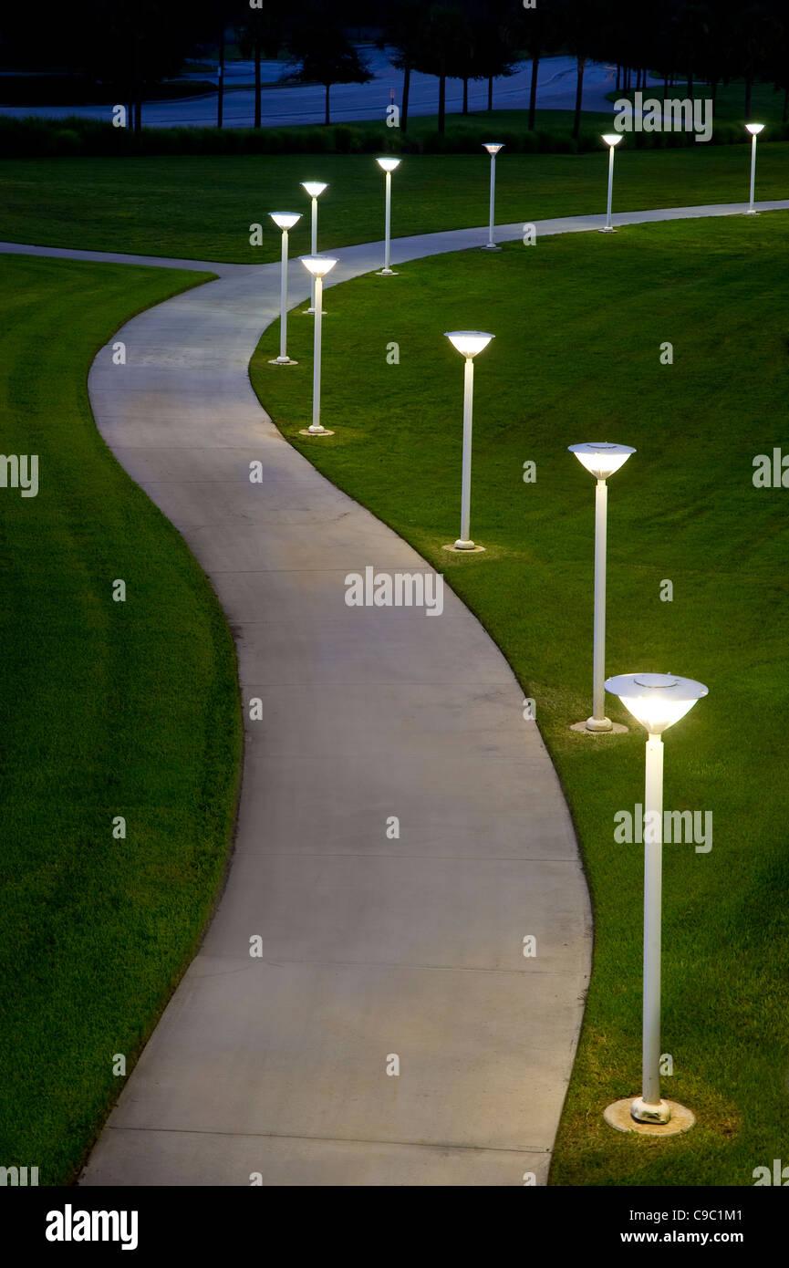 Gebogene Bürgersteig Weg nachts mit Licht Stockbild