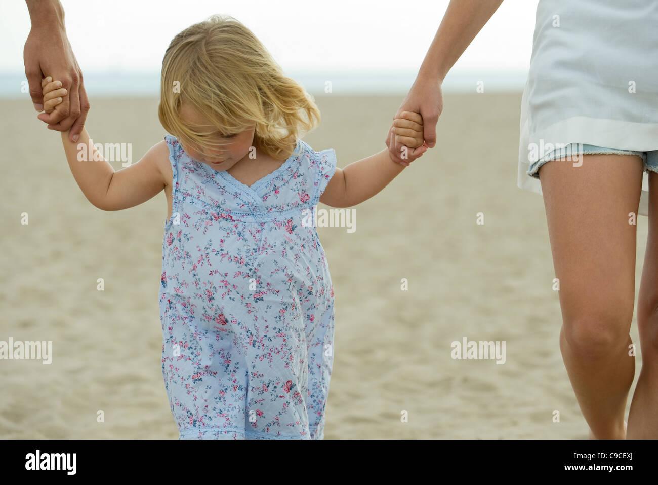 kleines m dchen hand in hand gehen mit den eltern am strand beschnitten stockfoto bild. Black Bedroom Furniture Sets. Home Design Ideas