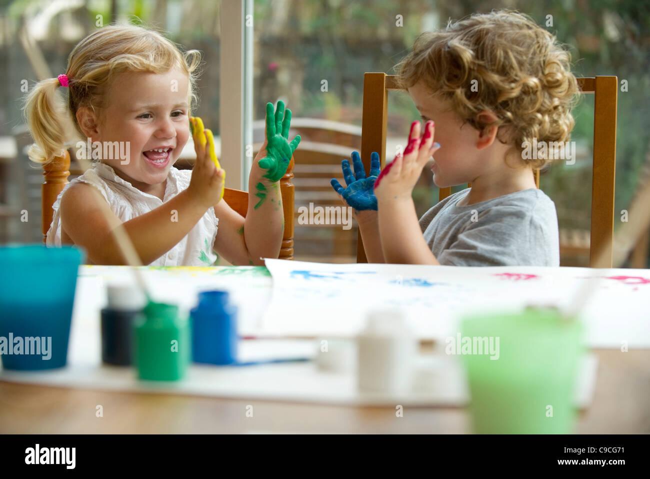 Kinder malen, Hände in Farbe bedeckt Stockfoto, Bild: 40228805 - Alamy