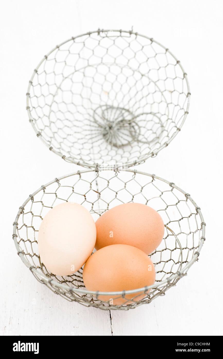 White Eggs In Wire Basket Stockfotos & White Eggs In Wire Basket ...