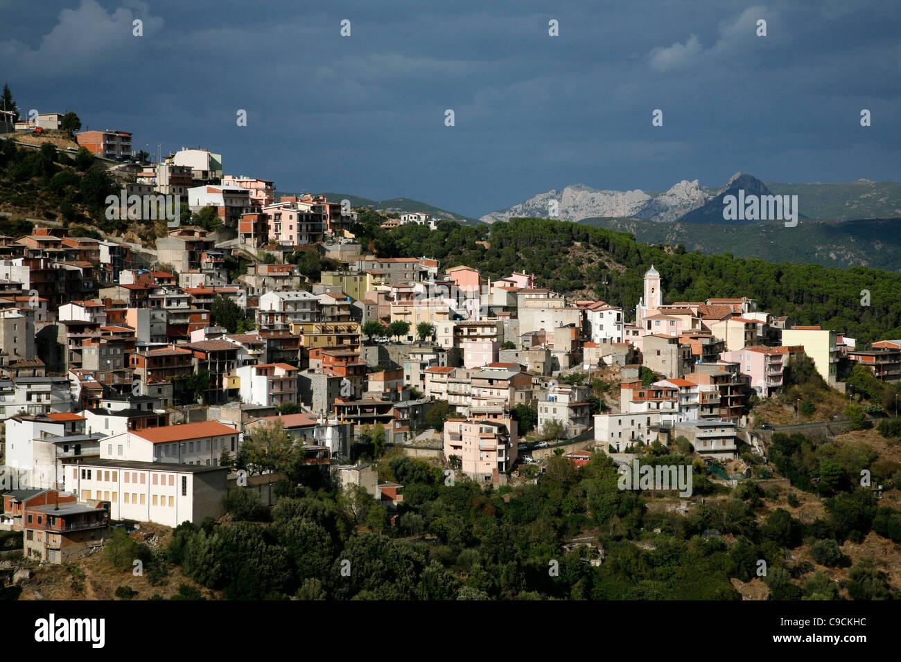 Blick über Talana Dorf und das Gennargentu-Gebirge, Sardinien, Italien. Stockbild