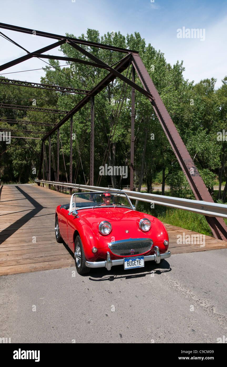Austin Healey Sprite kreuzt die alte schwarze Brücke, Paonia, Colorado. Stockbild